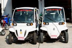 2 электрических автомобиля на предпосылке гаража в Key West, США Стоковое Изображение