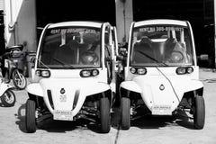 2 электрических автомобиля на предпосылке гаража в Key West, США Стоковые Изображения RF
