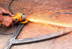 электрически sawing машины эксплуатируемый механиком Стоковое Изображение RF