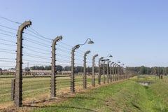 Электрическое напряжение и колючая проволока вокруг концентрационного лагеря стоковое фото