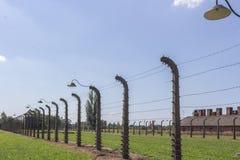 Электрическое напряжение и колючая проволока вокруг концентрационного лагеря стоковые изображения