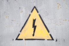 Электричество знака опасности высоковольтное стоковые изображения