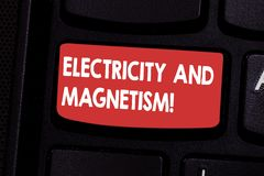 Электричество и магнетизм текста почерка Смысл концепции овеществляет одиночную клавишу на клавиатуре электромагнитной силы ядра стоковые фото