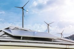 Электричество необходимо к жизни Чистая энергия очень ценная альтернативная энергия Настилать крышу дом с панелью солнечных батар стоковые изображения