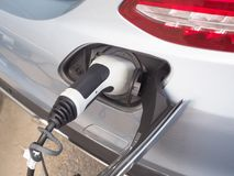 Электричество электротранспорта или автомобиля EV поручая стоковая фотография