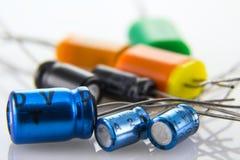 Электролитические конденсаторы в снабжениях жилищем металла и пластмассы Стоковое Фото
