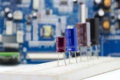 Электролитические установленные конденсаторы, multi цвет и много размеров Стоковая Фотография RF