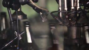 Электроника проверяет качество бутылки акции видеоматериалы
