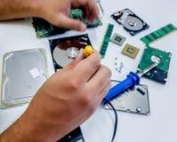Электроника человека фиксируя стоковая фотография rf
