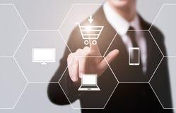 Электронная коммерция добавляет к концепции интернета технологии дела покупок тележки онлайн Стоковые Фото