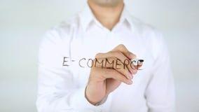 Электронная коммерция, сочинительство человека на стекле Стоковое фото RF