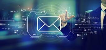 Электронная почта с бизнесменом стоковое изображение rf