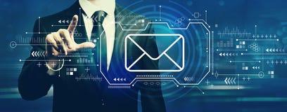 Электронная почта с бизнесменом стоковые изображения