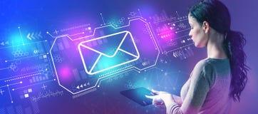 Электронная почта с женщиной используя планшет стоковые изображения