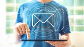 Электронная почта с человеком используя планшет стоковая фотография