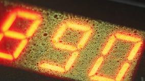 Электронная цифровая труба счетчика метра шкалы Изготовление пластичной фабрики труб водопровода Процесс делать пластичные трубки стоковая фотография rf