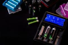 Электронные заряжатели с дисплеем для перезаряжаемые батарей с Стоковая Фотография RF
