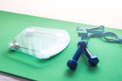 Электронные масштабы для управления веса, гантелей и измеряя ленты Концепция спорт тренируя, потери уменьшения и веса Стоковые Изображения