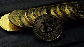 Электронные наличные деньги bitcoin cryptocurrency подписывают на серой таблице конец вверх акции видеоматериалы