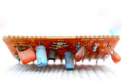 Электронные элементы старой используемой монтажной платы стоковые фотографии rf