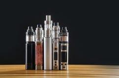 Электронные mods сигареты для ecig над деревянной предпосылкой приборы и сигарета vape стоковое изображение