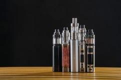 Электронные mods сигареты для ecig над деревянной предпосылкой приборы и сигарета vape стоковое фото