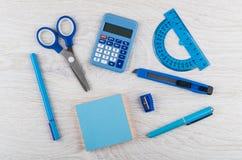 Электронный калькулятор, ножницы, транспортир, заточник, резец, Стоковое Изображение RF