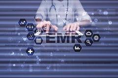 Электронный медицинский отчет ОНА, EMR Концепция медицины и здравоохранения Врач работая с современным ПК Стоковые Фото