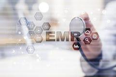 Электронный медицинский отчет ОНА, EMR Концепция медицины и здравоохранения Врач работая с современным ПК Стоковые Фотографии RF