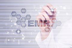 Электронный медицинский отчет ОНА, EMR Концепция медицины и здравоохранения Врач работая с современным ПК Стоковые Изображения
