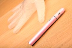 Электронный розовый деревянный стол перчаток кремния прибора дыма никто стоковые изображения