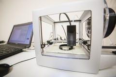 Электронный трехмерный пластичный принтер во время работы в лаборатории, 3D принтер, концепция печатания 3D стоковое фото rf