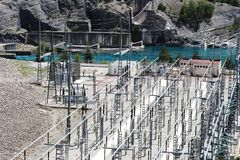 Электростанция около озера Serre-Poncon, Hautes-Alpes, Франции стоковая фотография