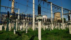 Электростанция электричества с много проводами и конвертеров силы акции видеоматериалы