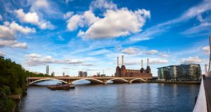 Электростанция Abandonded Battersea и мост Grosvenor над Стоковое Фото
