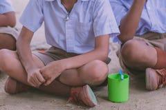 Элементарные студенты чистят их зубы щеткой после обеда стоковые фотографии rf