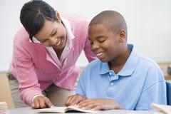 элементарный помогая школьный учитель зрачка Стоковая Фотография
