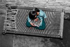 Элементарный студент школы времени работая дома стоковые фото