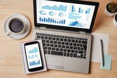 Элементы диаграмм и диаграмм на экране компьтер-книжки и smartphone Стоковые Изображения