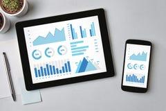 Элементы диаграмм и диаграмм на экране таблетки и smartphone Стоковое Изображение