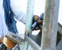 Элементы металла заварки работника на месте стоковые изображения