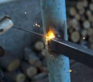 Элементы металла заварки работника на месте стоковое фото rf