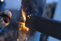 Элементы металла заварки работника на месте, стоковые фотографии rf