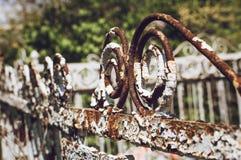 Элементы очень старой винтажной загородки металла, крупного плана, выборочного фокуса стоковое фото rf