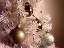 Элементы серебряного красочного современного украшения рождественской елки современные праздника, счастливой новой ды стоковая фотография