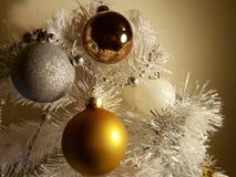 Элементы серебряного украшения рождественской елки золота красочного современного современные праздника, счастливой новой ды стоковые изображения