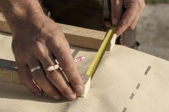Элементы человека измеряя с рулеткой или ветроуловителем стоковые фотографии rf