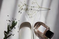 Элементы ` s невесты свадьбы на белой striped предпосылке стоковая фотография