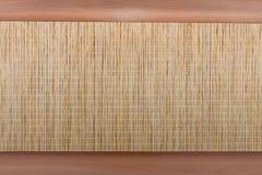 Элемент внутреннего художественного оформления дома Плетеная циновка на предпосылке дерева стоковые изображения