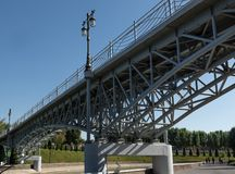 Элемент моста, фонарик в парке против неба стоковые фото